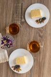 Tabelle diente mit Napoleon-Kuchen und -tee für zwei Leute Lizenzfreies Stockbild