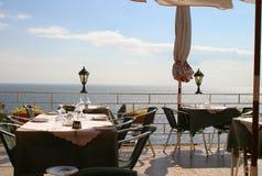 Tabelle durch das Meer Stockfoto