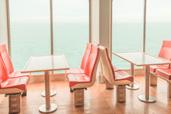 Tabelle durch das Meer Stockbild