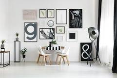 Tabelle durch die Wand lizenzfreie stockfotografie