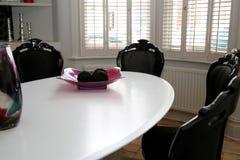 Tabelle durch Fenster Stockfoto