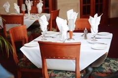 Tabelle e presidenze del ristorante Fotografia Stock Libera da Diritti