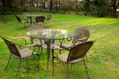 Tabelle e presidenze nel giardino Immagine Stock Libera da Diritti