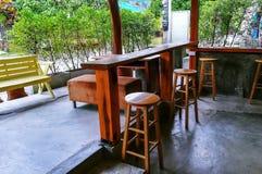 Tabelle e sedia nella sala fotografia stock libera da diritti