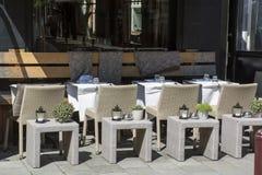 Tabelle e sedie del ristorante della via fotografia stock