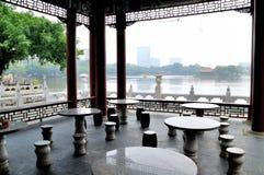 Tabelle e sedie di pietra fotografia stock