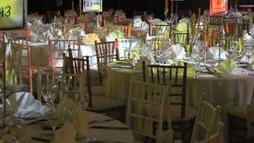 Tabelle e sedie pronte per la celebrazione video d archivio