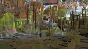 Tabelle e sedie pronte per la celebrazione stock footage