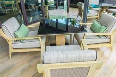 Tabelle e sedie in ristorante immagini stock libere da diritti