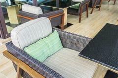 Tabelle e sedie in ristorante fotografia stock