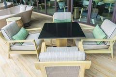 Tabelle e sedie in ristorante fotografia stock libera da diritti
