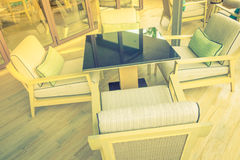 Tabelle e sedie in ristorante (Vin elaborato immagine filtrato fotografia stock