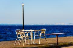 Tabelle e sedie sulla spiaggia fotografia stock