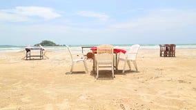 Tabelle e sedie sulla spiaggia in Weligama archivi video