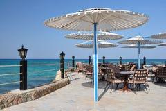 Tabelle in einem Küstekaffee. Stockfoto