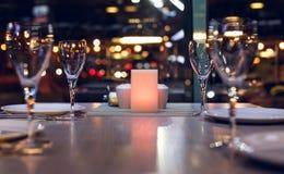 Tabelle in einem Restaurant auf dem Hintergrund bokeh lizenzfreie stockbilder