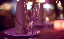 Tabelle in einem Restaurant auf dem Hintergrund bokeh Stockbild