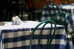 Tabelle in einem Straßenkaffee Lizenzfreies Stockbild