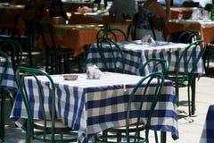 Tabelle in einem Straßenkaffee Stockbilder