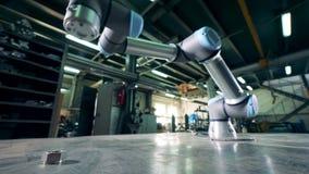 Tabelle in einer Speichereinheit mit einem beweglichen Roboter befestigt zu ihm stock video