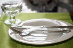 Tabelle eingestellt für Abendessen stockbilder