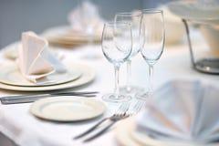 Tabelle eingestellt für Abendessen oder Aufnahme stockfotos
