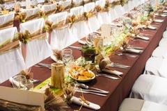 Tabelle eingestellt für ein Hochzeitsabendessen Stockfoto
