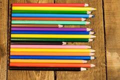 Tabelle eingestellt mit bunten Bleistiften Stockfotografie