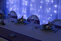 Tabelle eingestellt mit Dekorationen Lizenzfreie Stockbilder