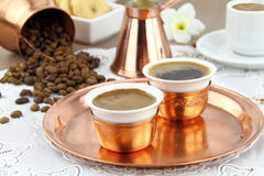 Tabelle eingestellt mit griechischem oder türkischem Kaffee Stockfotos