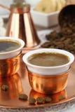 Tabelle eingestellt mit griechischem oder türkischem Kaffee Lizenzfreies Stockfoto