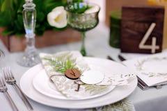 Tabelle eingestellt mit natürlichen Blumen für Hochzeitsempfang Lizenzfreie Stockfotografie