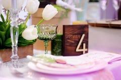 Tabelle eingestellt mit natürlichen Blumen für Hochzeitsempfang Lizenzfreies Stockbild