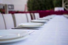 Tabelle eingestellt am Restaurantfreilicht Stockbilder
