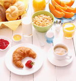Tabelle eingestellt zum Frühstück mit gesundem Lebensmittel Stockbilder