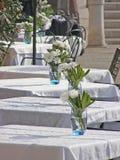 Tabelle esterne del ristorante Fotografie Stock Libere da Diritti