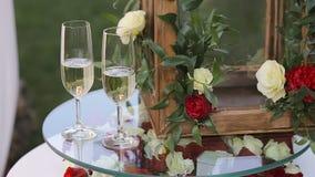 Tabelle für die Hochzeitszeremonie mit einem Glas Champagner stock footage
