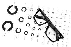Tabelle für ein Auge durch einen Augenarzt mit Symbolen. Stockbild