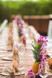 Tabelle für ein Ereignis im Freien in einem tropischen Standort Lizenzfreie Stockfotografie
