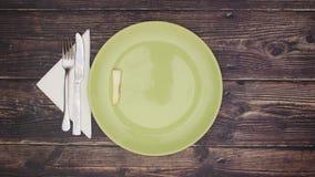 Tabelle für eine Person und Diätwort auf Teller einstellend - stoppen Sie Bewegung stock video