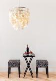 Tabelle für zwei mit Flasche Rotwein Stockbild