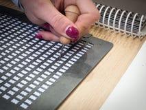Tabelle f?r Blindenschrift-Handschrift Lese- und Schreibenshilfen f?r die Vorh?nge auf Buch-Welt Prag 2019 lizenzfreie stockfotografie