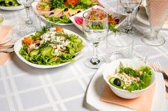 Tabelle gezeichnet mit der Vielzahl von Tellern, von denen das Mittelstück Teller des Salats des gekochten Rindfleisches, Champig lizenzfreies stockbild