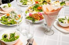 Tabelle gezeichnet mit der Vielzahl von Tellern, von denen das Mittelstück Teller des Salats der Schweinefleischohren, Karotten,  lizenzfreie stockfotos