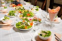 Tabelle gezeichnet mit Vielzahl von Tellern, von denen das Mittelstück Teller mit Bankettausschnitt mit Schinken und Teller mit e lizenzfreie stockfotos