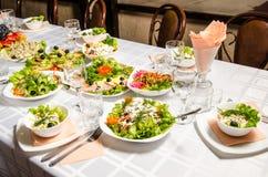 Tabelle gezeichnet mit Vielzahl von Tellern, von denen das Mittelstück Teller mit Bankettausschnitt mit Schinken und Teller mit e lizenzfreie stockbilder