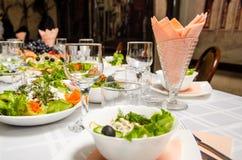 Tabelle gezeichnet mit Vielzahl von Tellern und von leeren vineglasses stockbild