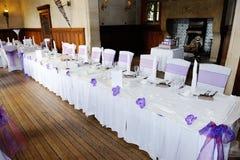 Tabelle am Hochzeitsempfang Stockfotografie
