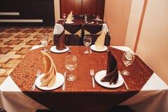 Tabelle im Café gedient für Abendessen Stockbilder