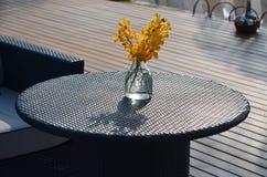 Tabelle im Freien mit Blumendekor Lizenzfreies Stockfoto